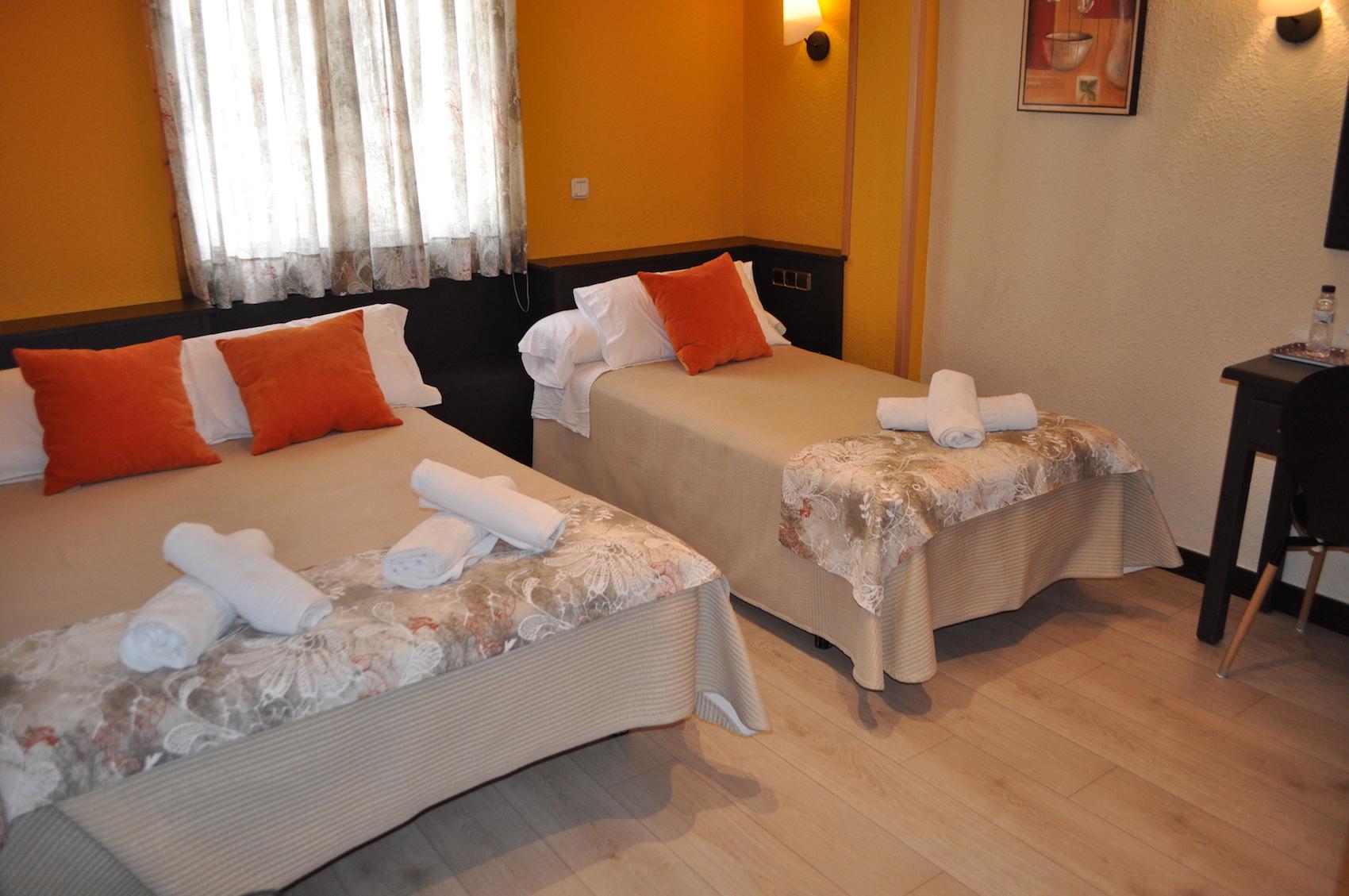 Chambre Double Standard (2 Adultes + 1 Enfant) Hotel Sanchez ...
